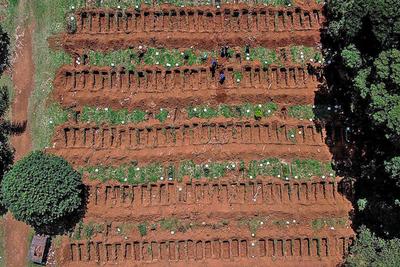 """La """"gripezinha"""" segun Bolsonaro: preparan el mayor cementerio de Latinoamérica victimas del COVID-19 en Brasil"""