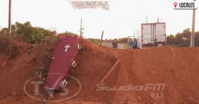 Con arena y ataúd cierran ingreso en Ayolas