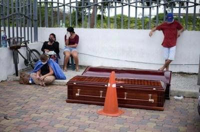Se recogen 100 cadáveres por día en Guayaquil y la alcaldesa le pidió al Gobierno que autorice al municipio a levantarlos