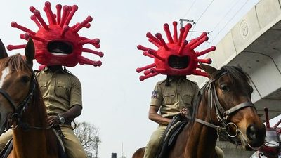 """""""Coronacasco"""": método policial para que los conductores respeten la cuarentena en la India"""