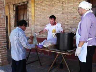 Bañado Tacumbú sazona olla popular con solidaridad y apoya a las familias