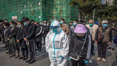 China rinde homenaje a los fallecidos por el coronavirus