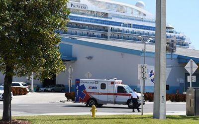 Crucero atraca con 2 muertos y varios enfermos