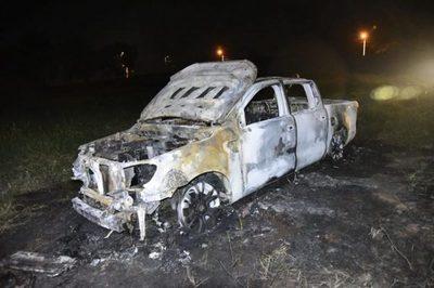 Desconocidos incendian camioneta en Villa Elisa