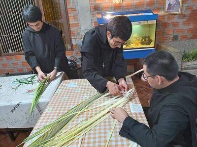 Monjes del Monasterio San José trenzaron las tradicionales palmas