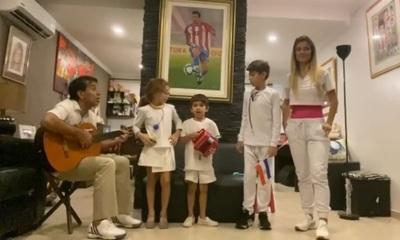 Con una serenata, Pipino Cuevas y su familia homenajean al personal de blanco