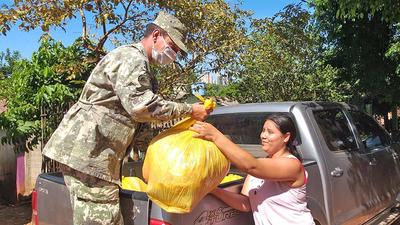 Mercaderias incautadas del operativo conjunto Marina Paraguaya – Policia Federal es donado a familiares de detenidos.
