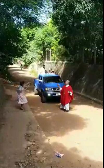 """(VIDEO) Abuela bailó cuando el pa´i vino a bendecir su palma: """"Hay que ser alegres"""", he'i"""
