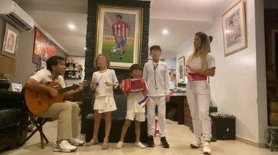 """""""Pipino"""" Cuevas canta con su familia: Por nuestros héroes"""