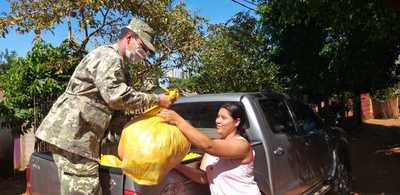 Donan kits de alimentos a familiares de los 45 estibadores aprehendidos