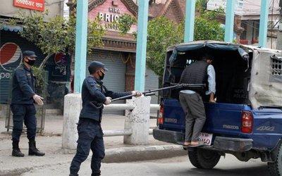 Nepal y el coronavirus: detienen a violadores de cuarentena con alicates para sacar muertos del agua