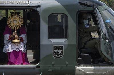 Helicópteros y tecnología para llevar la Semana Santa a las casas en América Latina