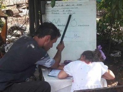 Reciclador haciendo las tareas con su hija conmueve en las redes