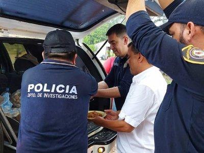 Agentes policiales reparten almuerzo en Coronel Oviedo