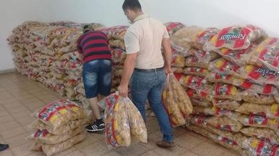 Estudiantes de la UNE apoyan a la Municipalidad de CDE, para preparar kits de alimentos