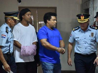 Ronaldinho y su hermano son beneficiados con prisión domiciliaria