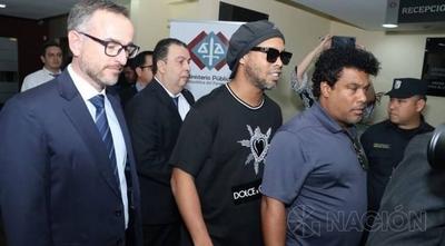 HOY / Tras pago de millonaria fianza, Ronaldinho Gaucho y su hermano cumplirán prisión domiciliaria