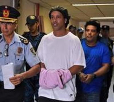 Conceden prisión domiciliaria a Ronaldinho y su hermano