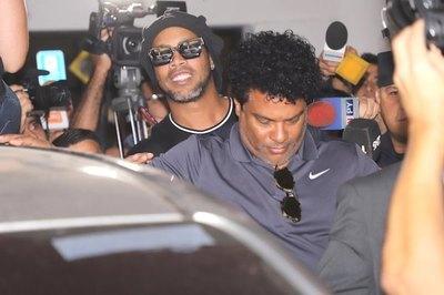 CASO RONALDINHO: El astro del fútbol pagó y ahora saldrá de prisión