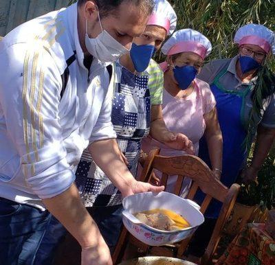 En Minga Porã el propio intendente encabeza las ollas populares