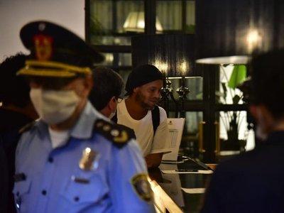 Ronaldinho abandona las rejas y ya está en un hotel de Asunción
