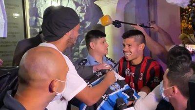 Fanático de Ronaldinho pesca una firma