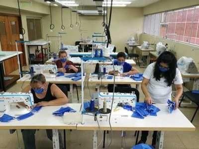 Confeccionistas se preparan para producir indumentaria hospitalaria, siguiendo indicaciones de OMS