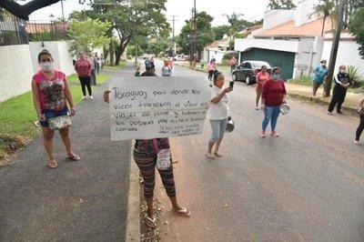Exigen subsidio al son de cacerolazos frente a la casa de Mario Abdo
