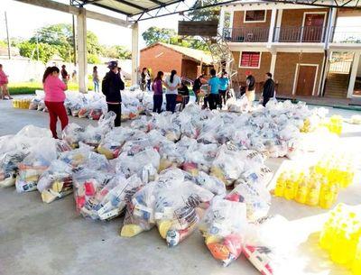 Estudiantes reciben las bolsas con alimentos