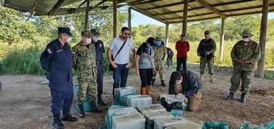 Incautan 385 kilos de cocaína y una avioneta abandonada