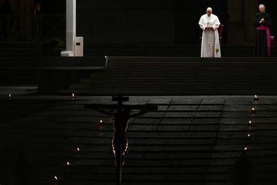 Papa preside Vía Crucis en una Plaza vaticana completamente vacía