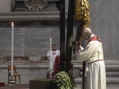 """Papa pidió a Dios ayuda para """"soportar el yugo de cada día"""" ante crisis actual"""