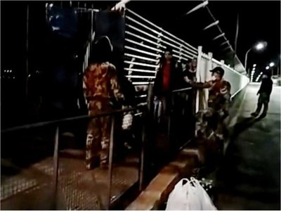 Repatriados que estaban varados en Puente de la Amistad van a albergue