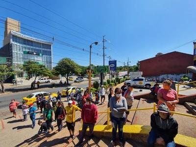 Denuncian aglomeración: más de 200 personas hicieron fila para entrar a un supermercado
