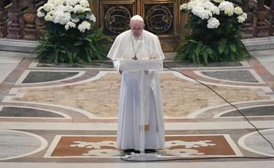 """Papa dedica su mensaje de Pascua a los """"afectados directamente por el coronavirus"""""""