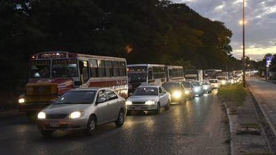 """¿Cuarentena """"flexible""""? Aumenta flujo de vehículos y hay miles de personas en las calles"""