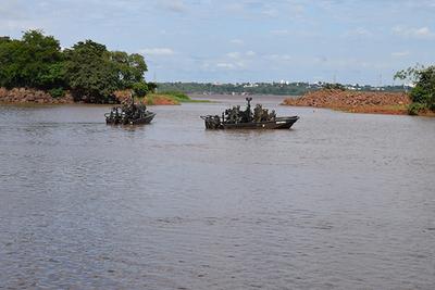 Militares brasileños matan a un contrabandista de CIGARRILLO en el Lago de Itaipú