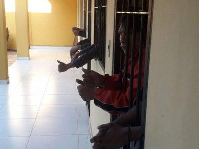 En comisarías hacen vaquitas para dar de comer a detenidos hacinados