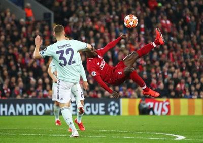 Una liga de Europa analiza seguir su campeonato de fútbol con mascarillas