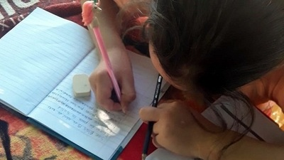 Maestros rurales llevan fotocopias a alumnos que no tienen Internet en sus casas