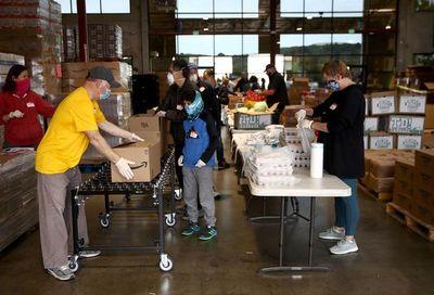 Millones hacen fila para recibir comida gratis en EEUU