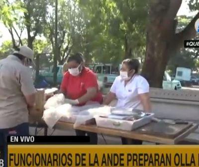 Funcionarios de la Ande preparan olla popular para familias carenciadas