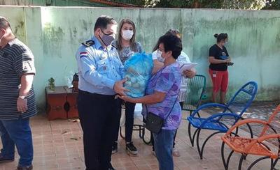 Subcomandante de la policía realiza donativos en Horqueta