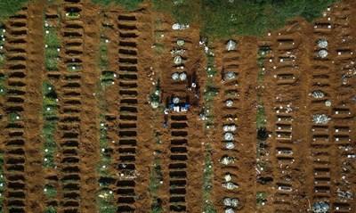 Brasil y el coronavirus: se prohíben velatorios, se autorizan inhumaciones nocturnas y se contratan más sepultureros