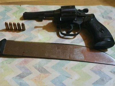 Atacó a su esposa a machetazos y le apuntó con un revólver a su hijastra