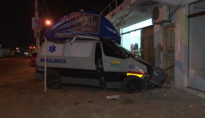 Chofer de ambulancia choca contra un local comercial