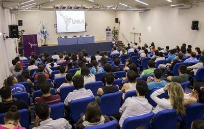 Estudiantes paraguayos urgen apoyo del consulado de Foz de Iguazú