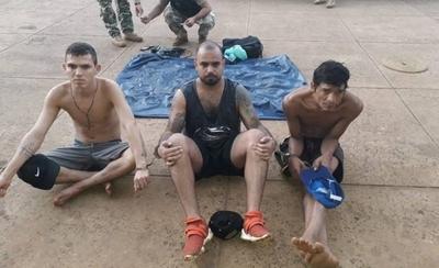 """HOY / Cruzaron el río Paraná a bordo de un colchón inflable y fueron """"pillados"""" tras alcanzar la costa"""