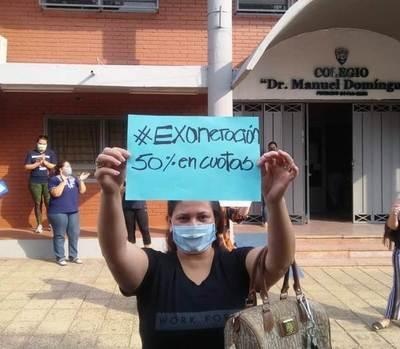 Padres de alumnos se manifiestan y exigen exoneración del 50% de cuotas de sus hijos • Luque Noticias