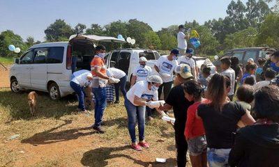 Celebran cumpleaños de Brunito llevando alimento a personas carenciadas